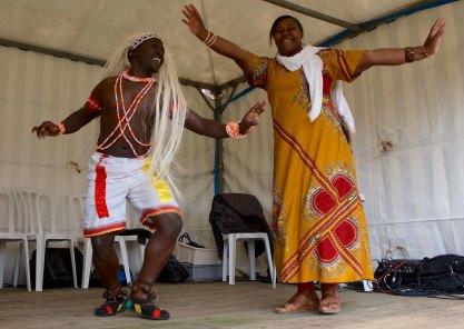 Twee dansende mensen op podium